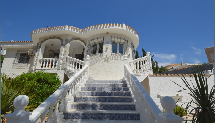 The independent villa with swimming pool in La Zenia for sale