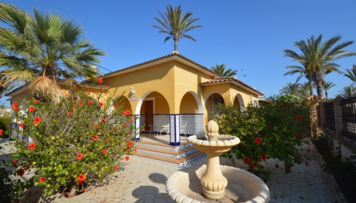 CHALET FOR SALE NEAR THE SEA IN ORIHUELA COSTA