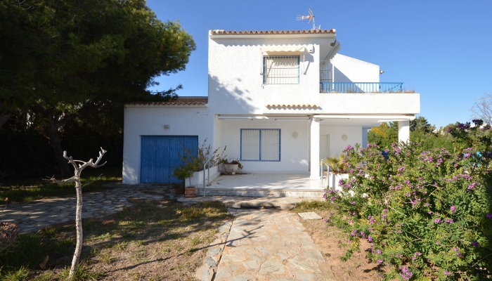 DETACHED PROPERTY WITH SEA VIEWS VERY CLOSE BY THE BEACH