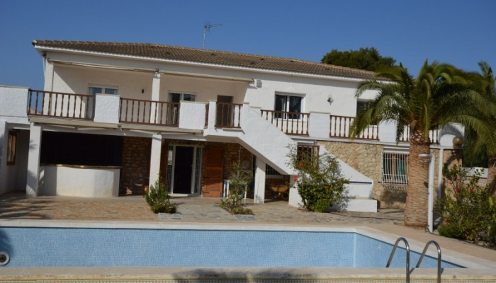 BIG VILLA FOR TWO FAMILIES ON A HUGE PLOT OF 1,200 M2 FOR SALE IN LA ZENIA
